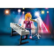 9095 - Speváčka pri keyboarde